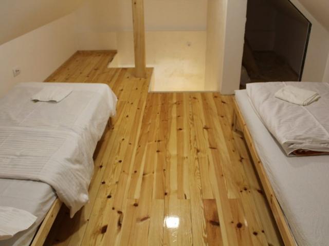 spavaca soba 2 sa 2 singl kreveta, kucia u sumi, kuca za odmor
