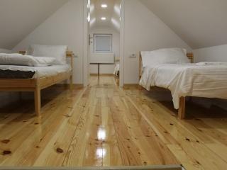 spavace sobe na galeriji, 4 singl kreveta, patos beli bor