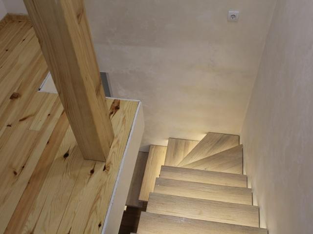 stepenice u rustičnom stilu, osvetljene sa gazistima od starog hrastovog drveta