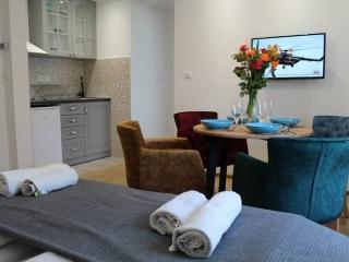 apartmani koji se nazlaze u uzicu, moderno opremljeni sa singl i bračnim krevetima, wiif, parking, klima